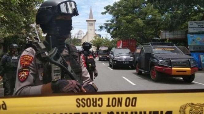 Polisi berjaga di lokasi ledakan bom di depan Gereja Katedral Makassar. (Ilustrasi)