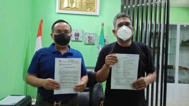 AKBP Sutomo (kiri) dan pengacaranya, Ansari Lubis