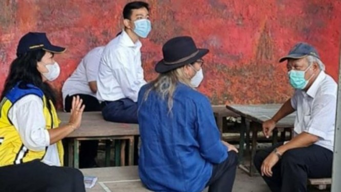 Wali Kota Solo, Gibran Rakabuming Raka viral duduk di atas meja.