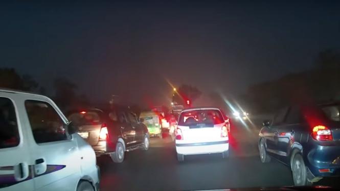 Detik-detik pengemudi mobil ditilang karena terjebak macet di lampu merah