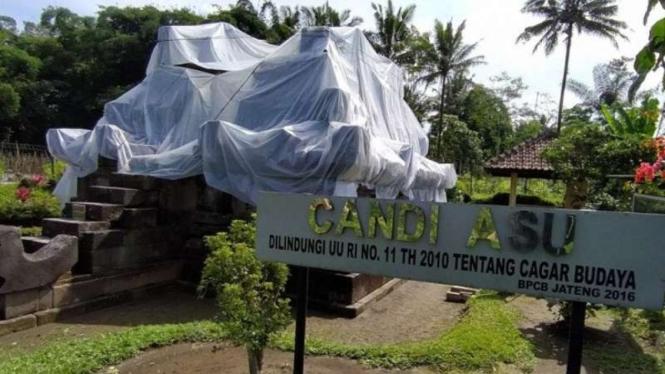 Candi Asu di Desa Sengi, Kecamatan Dukun, Kabupaten Magelang, ditutup dengan plastik untuk mengantisipasi hujan abu dari erupsi Gunung Merapi.