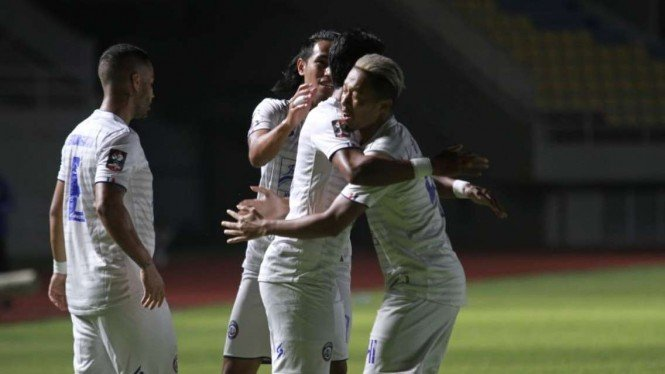 Pemain Arema FC merayakan gol ke gawang PSIS