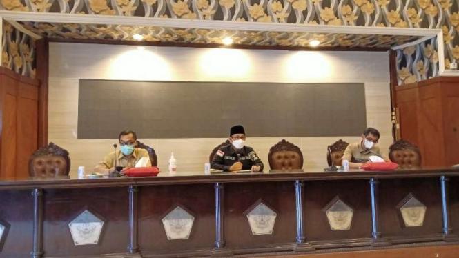 Wali Kota Malang Sutiaji (tengah), dalam jumpa pers pada Selasa, 30 Maret 2021, meminta maaf kepada publik karena seorang pejabatnya ditangkap oleh polisi karena disangka terlibat dalam penyalahgunaan narkoba.
