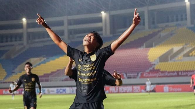 Pemain PSIS Semarang, Riyan Ardiansyah, merayakan gol