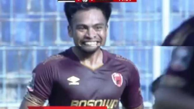 Pemain PSM Makassar, Saldy Amiruddin rayakan gol ke gawang Borneo FC.