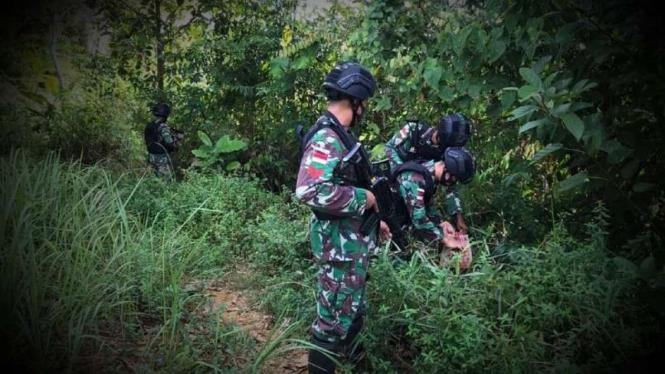 VIVA Militer: Prajurit Yonif 407/Padmakusuma amankan kardus pria aneh.