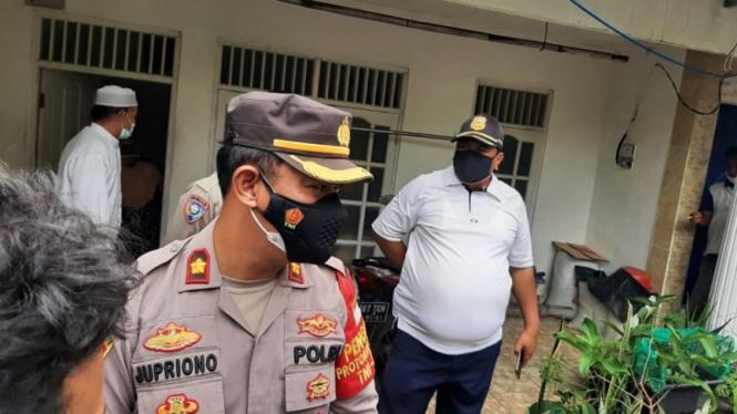 Kapolsek Ciracas Kompol Jupriono mengunjungi rumah Zakiah Aini