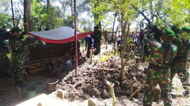 VIVA Militer: Prosesi pemakaman militer Serka Wastur.
