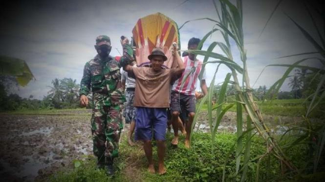VIVA Militer: Prajurit TNI evakuasi mayat Mas Naryo.