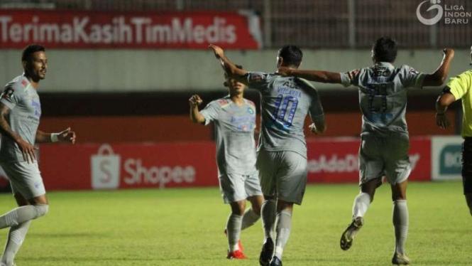 Pemain Persib Bandung rayakan gol.