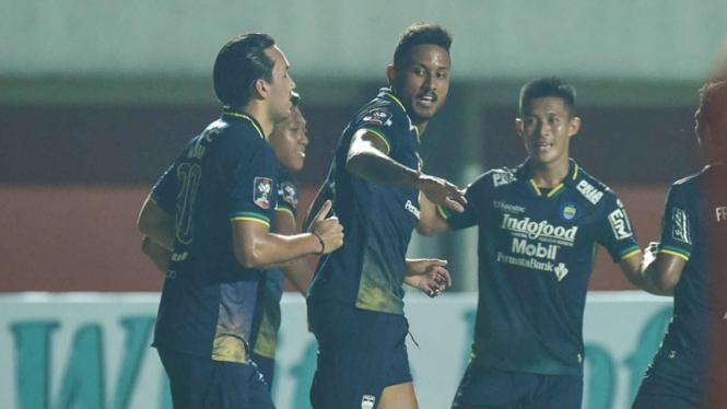 Pemain Persib Bandung merayakan gol ke gawang Persiraja