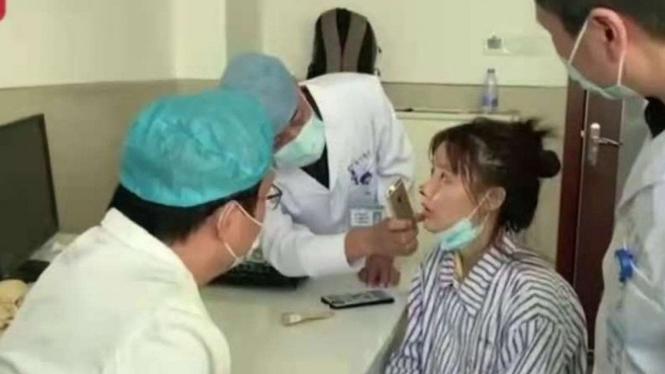 Petugas medis di salah satu rumah sakit di Guangzhou, China, memeriksa kondisi hidung aktris Gao Liu.