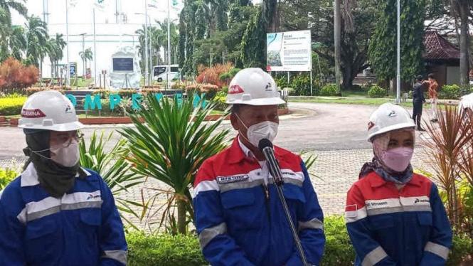 Menteri ESDM,  Arifin Tasrif (tengah) memberikan keterangan kepada awak media di Indramayu, Jawa Barat.