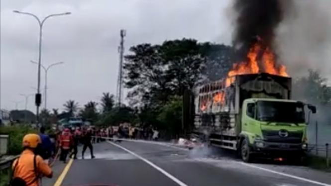 Truk logistik pegiriman paket terbakar di tol Tangerang-Merak
