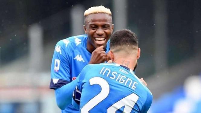 Pemain Napoli merayakan gol