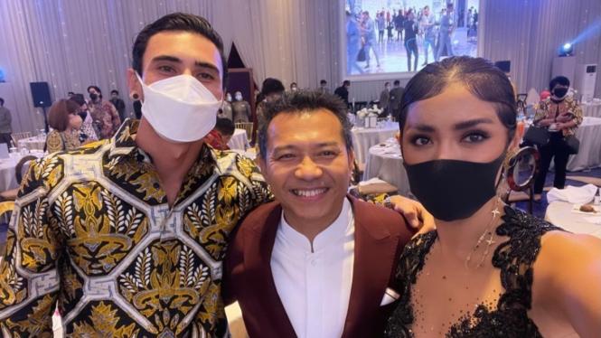 Jessica Iskandar bersama Vincent Verhaag berpose dengan Anang Hermansyah