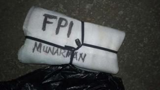 Benda mencurigakan bertuliskan FPI Munarman gegerkan kota Depok.