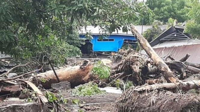 Rumah penduduk di Kecamatan Ile Ape, Kabupaten Lembata, Nusa Tenggara Timur hancur akibat diterjang banjir bandang berupa lahar dingin dari kawasan puncang Gunung Ile Lewotolok, Minggu, 4 April 2021.