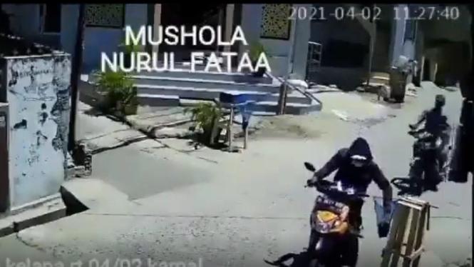 Pencuri uang amal terekam CCVTV di Kalideres.