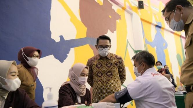 Gubernur Jawa Barat, Ridwan Kamil saat vaksinasi atlet