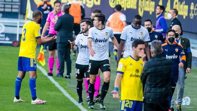 Pemain Valencia meninggalkan lapangan dalam lanjutan LaLiga melawan Cadiz