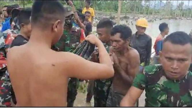 VIVA Militer: Prajurit TNI AD selamatkan warga yang terjebak banjir di NTB