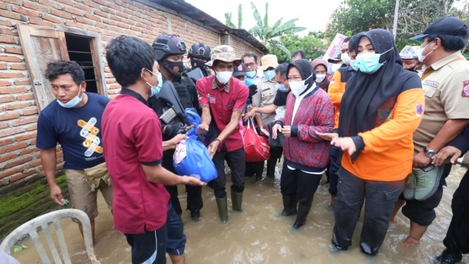 Mensos Risma saat menyerahkan bantuan di ke Posko Pengungsi, Desa Naru, Kecamatan Woha, Kabupaten Bima, NTB (05/04).