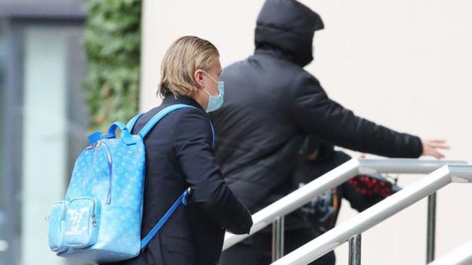 Striker Borussia Dortmund, Erling Braut Haaland (pakai tas biru).