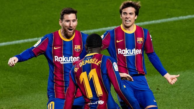 Winger Barcelona, Ousmane Dembele rayakan gol.