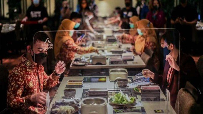 Ilustrasi layanan makan di restoran di masa pandemi dengan protokol kesehatan.
