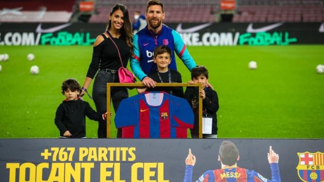 Lionel Messi bersama keluarganya saat menerima penghargaan dari Barcelona