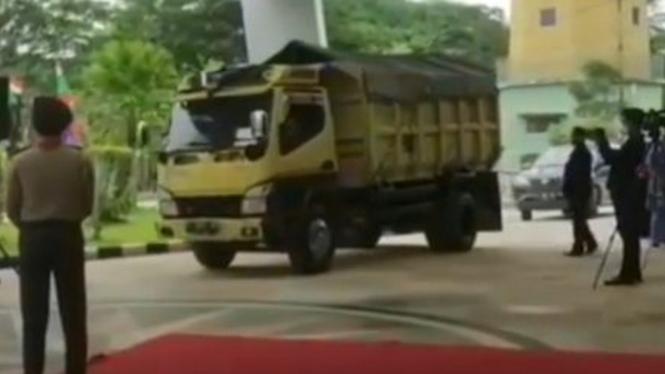Mahasiswa datang ke wisuda naik truk.
