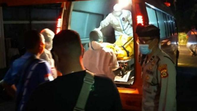 Proses evakuasi jenazah seorang warga negara asing asal Jepang menuju RSUP Sanglah, Denpasar, Senin, 5 April 2021.
