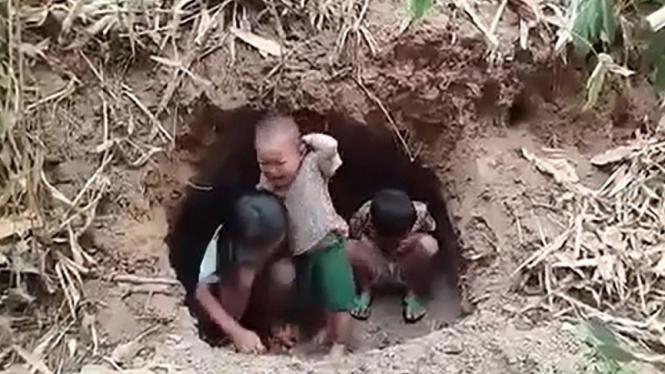 Anak-anak, termasuk balita, terpaksa bersembunyi di lubang di hutan setelah desa mereka dibom militer Myanmar.
