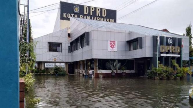 Halaman gedung DPRD Kota Banjarmasin tergenang akibat air pasang cukup tinggi hingga memicu banjir di sejumlah wilayah di kota itu pada Selasa, 6 April 2021.