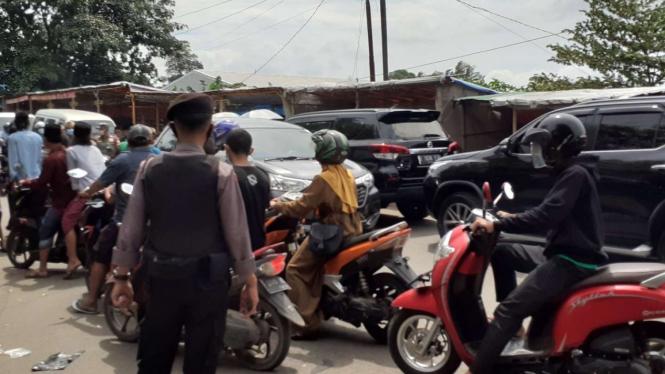 Polres Kota Tangerang melakukan penyekatan di sejumlah titik.