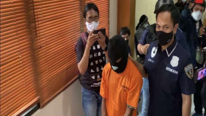 Seorang pria ditangkap lantaran mengeluarkan kemaluan di publik