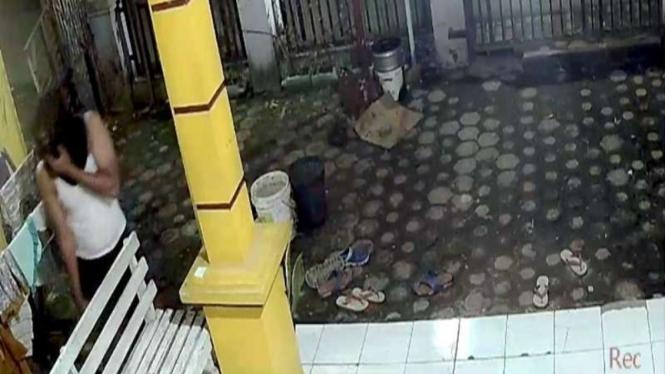 Aksi pencurian celana dalam perempuan di Bekasi terekam CCTV