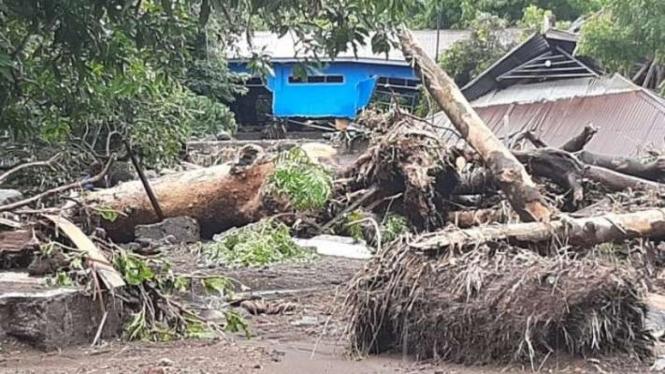 Rumah penduduk di Kecamatan Ile Ape, Lembata, NTT hancur akibat banjir bandang.