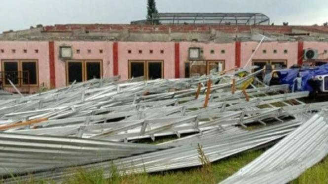 Objek Wisata Sanggaluri Park, Kabupaten Purbalingga, Jawa Tengah, terdampak kejadian angin kencang yang melanda wilayah tersebut pada Selasa sore, 6 April 2021.