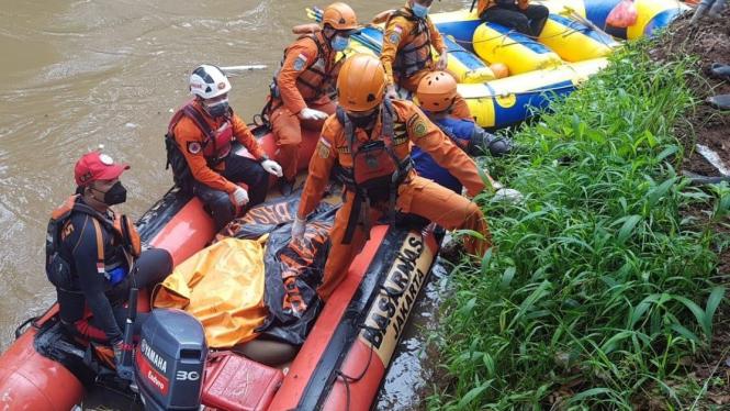 Pencarian Daffa (18) di Kali Pesangrahan, Jakarta Barat.