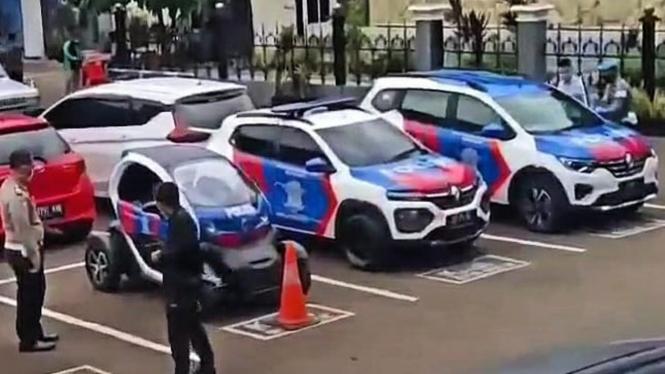 Tiga mobil Renault jadi kendaraan patroli Korlantas Polri