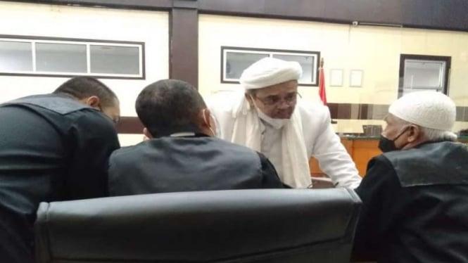 Habib Rizieq Shihab saat berdiskusi bersama kuasa hukum. (ilustrasi)