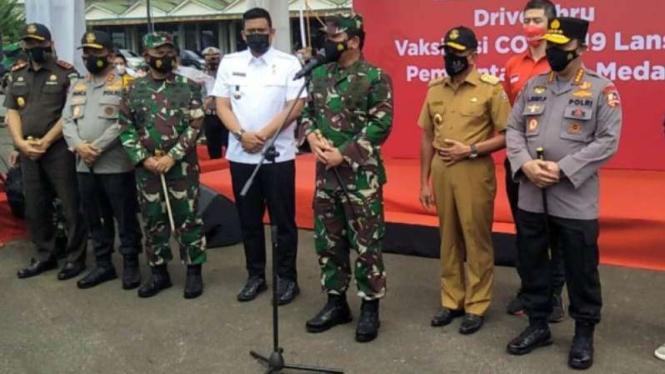 Panglima TNI, Kapolri, Gubernur Sumut, dan Wali Kota Medan tinjau vaksinasi.
