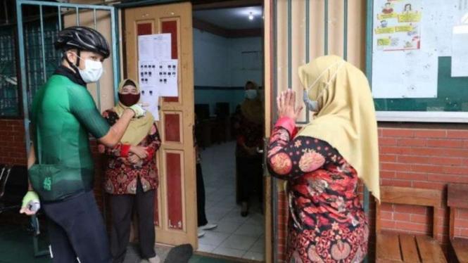 Gubernur Jawa Tengah Ganjar Pranowo melakukan inspeksi mendadak di SMK Hidayah di Kota Semarang, Rabu, 7 April 2021.
