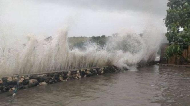Ilustrasi - Peristiwa bencana hidrometeorologi berupa banjir pesisir (rob) yang melanda wilayah Nusa Tenggara Timur.