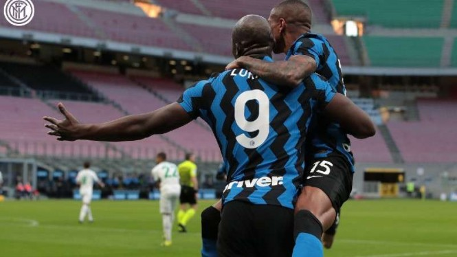 Pemain Inter Milan, Romelu Lukaku dan Ashley Young rayakan gol.
