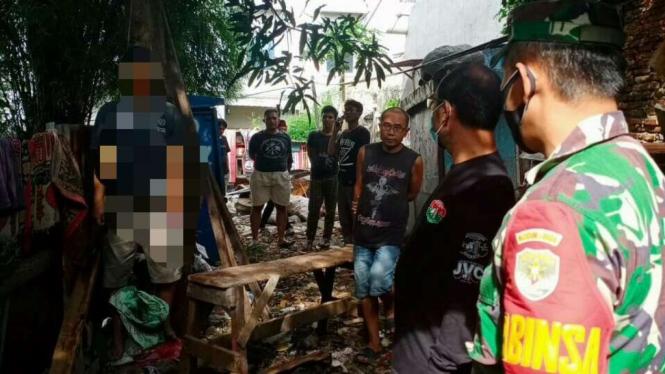 Mayat Pria Ditemukan Tergantung di Pohon di Area TPU Poncol Jaya, Mampang.