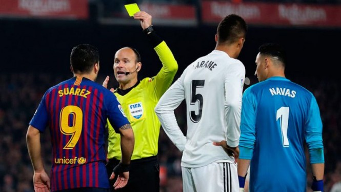 Mateu Lahoz saat memimpun duel El Clasico antara Real Madrid Vs Barcelona