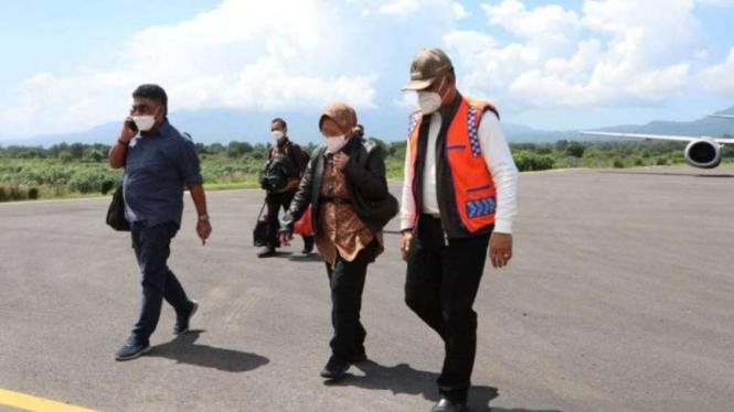 Menteri Sosial Tri Rismaharini alias Rism atiba untuk memberikan bantuan logistik di Bandara Fransiscus Xaverius Seda, Provinsi Nusa Tenggara Timur (NTT), Kamis, 8 April 2021.